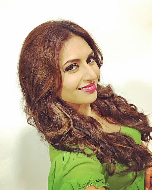 divyanka tripathi dahiya :- When you want to post but you are too lazy to click a #Selfie