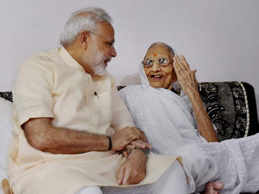 Narendra Modi takes blessings from his mother