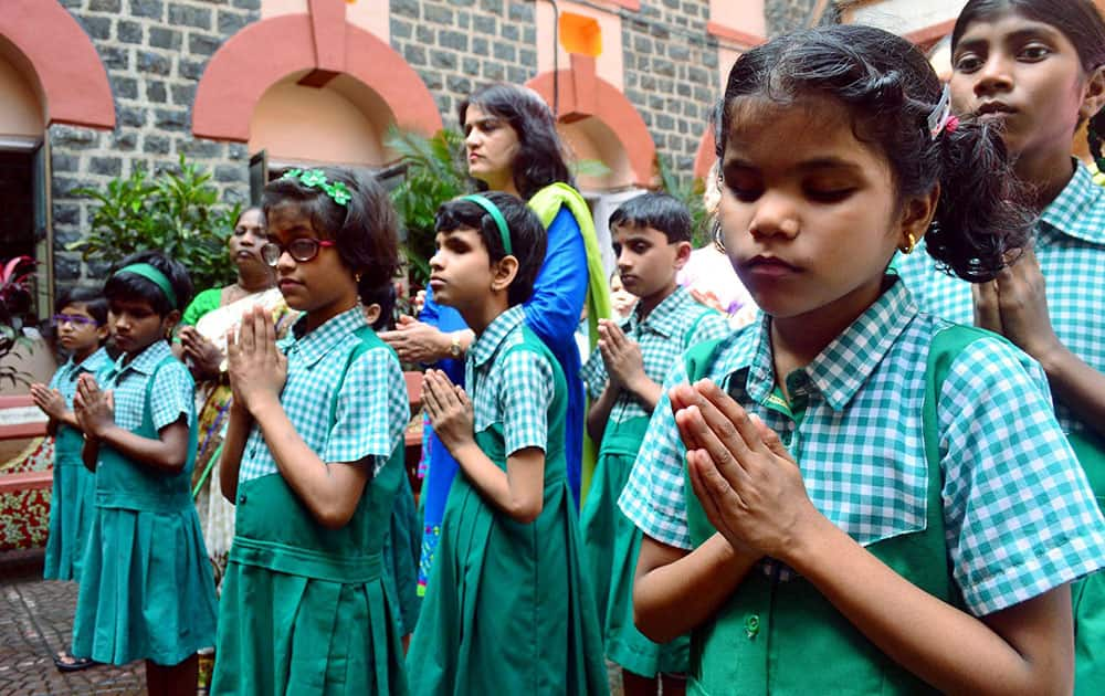 Kamla Mehta Blind school students paying tribute to army jawans, who died in Uri attack, in Mumbai