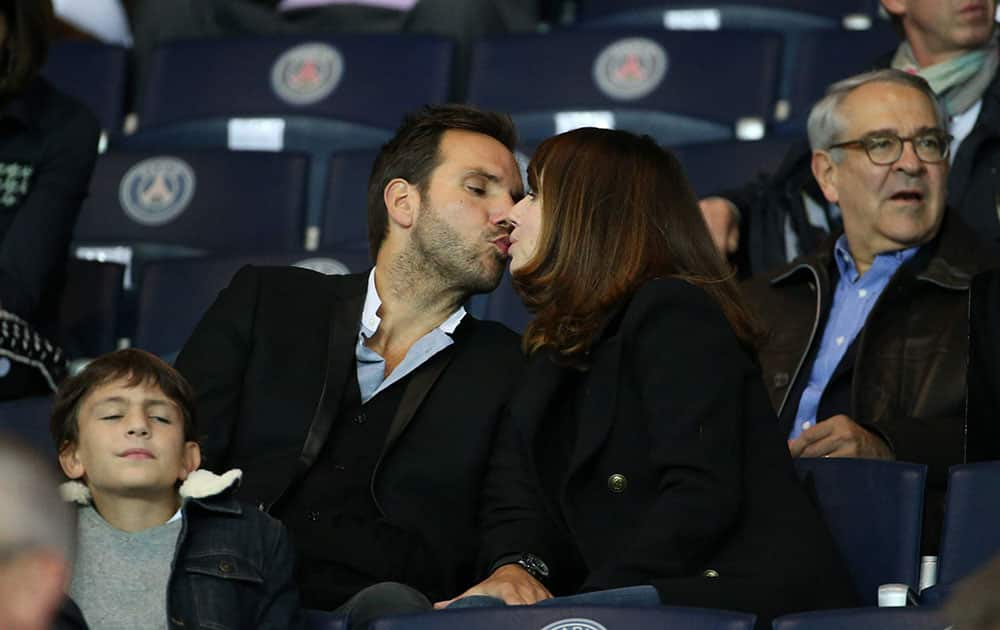 Christophe Michalak kiss his wife Delphine McCarty during the French Ligue 1 match between Paris Saint-Germain and Dijon FCO
