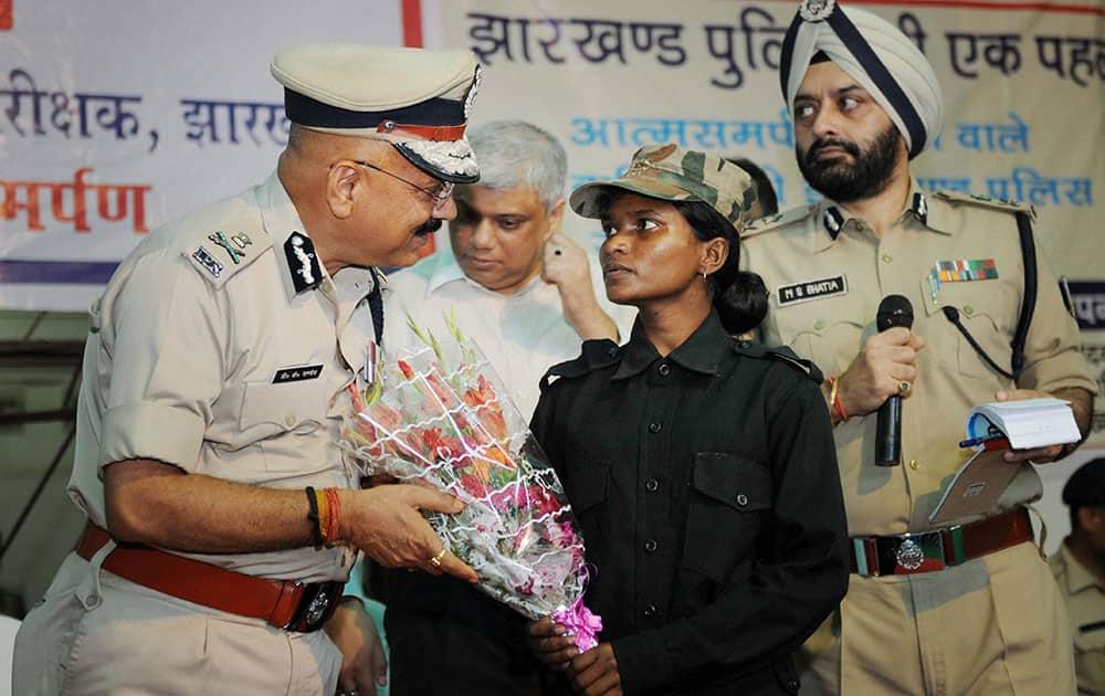 Sunia Kumari being felicitated by Jharkhand DGP D K Panday following her surrender