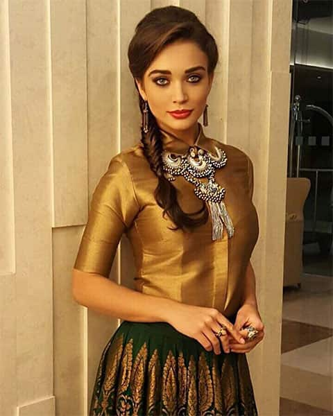amy jackson :- Last night, before trying out my Garba steps... I hope everyone has had a very Happy Navs!