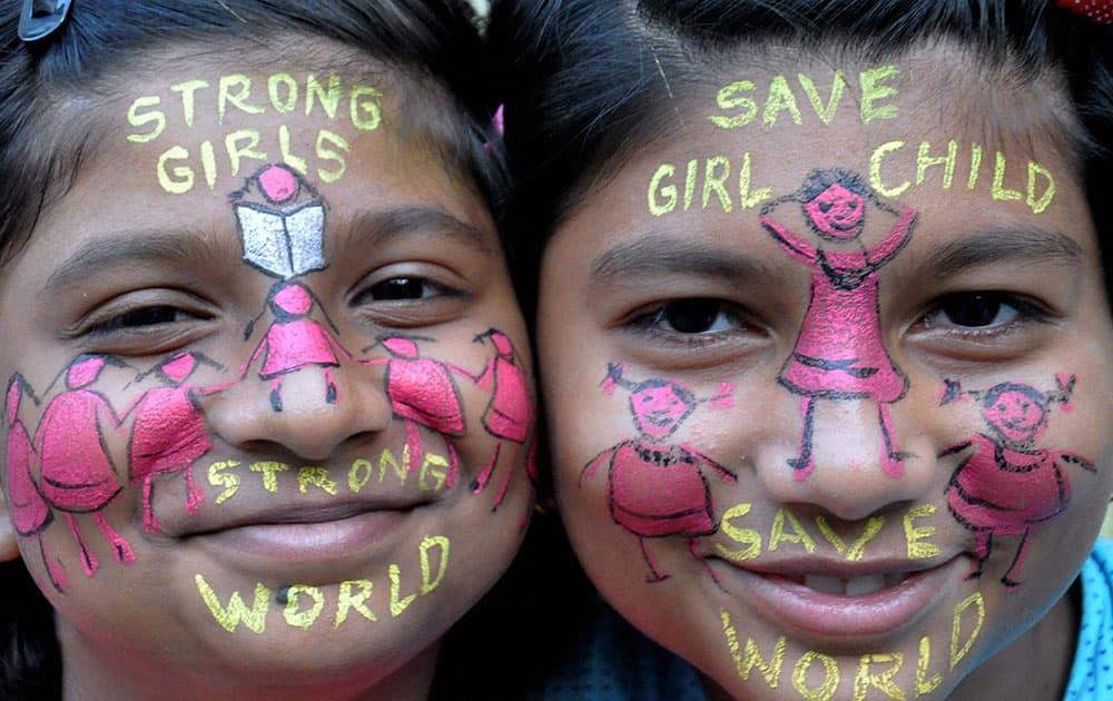 Girls giving away message on saving girl child in Moradabad
