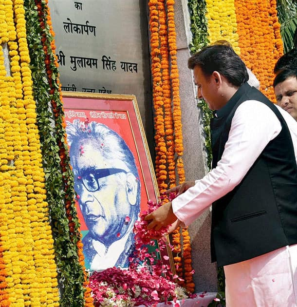 Akhilesh Yadav paying tributes to Dr Ram Manohar Lohia on his death anniversary in Lucknow