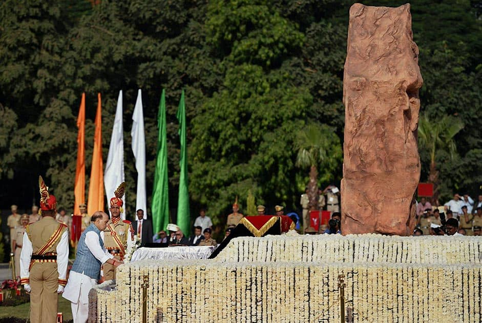 Home Minister Rajnath Singh laying wreath at the Police Memorial
