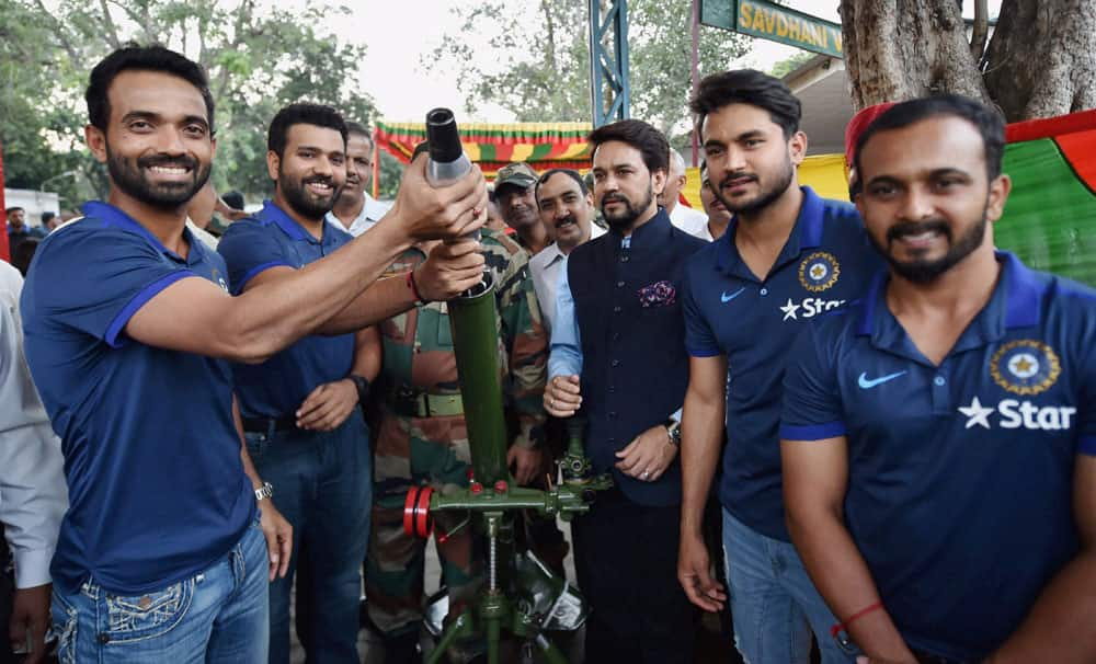 Cricketers spend time with soldiers