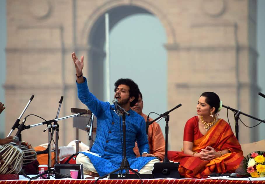 Classical singer Mahesh Kale performing