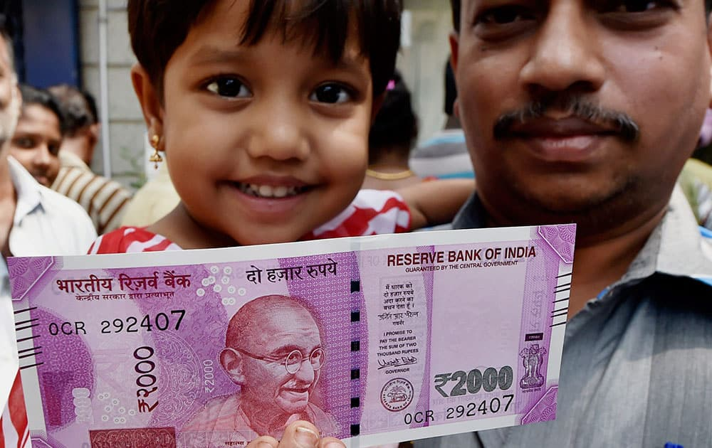 People exchange their old Rs 500 and 1000 notes