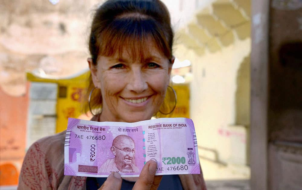 Foreign tourist shows Rs 2000 note