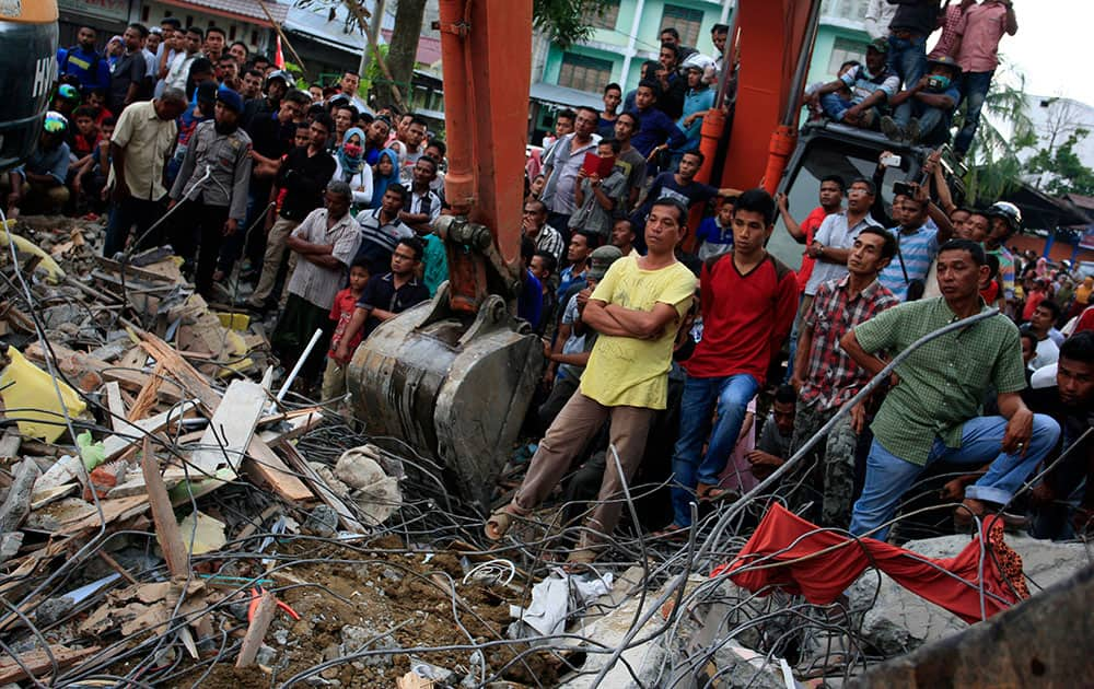 Indonesian army and the Search and Rescue Team look for survivors