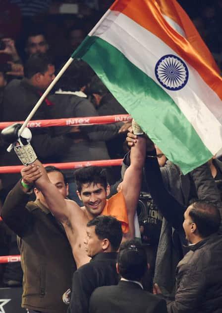 Vijender Singh celebrates after beating Francis Cheka