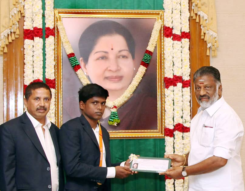 Tamil Nadu CM presented a cheque to Rio Paralympic