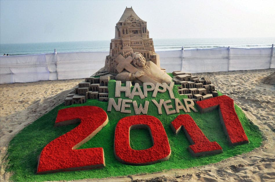 Creates a sand sculpture on the eve of New year 2017