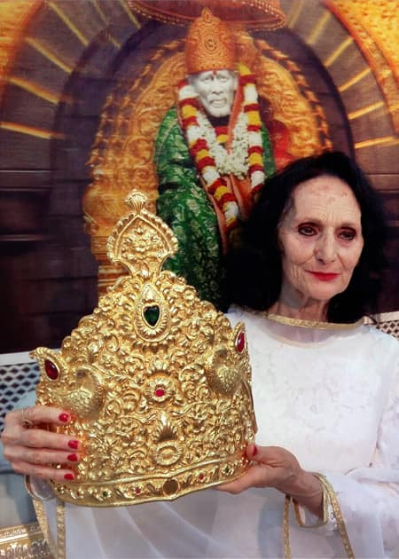 Gold crown donated at Saibaba Temple