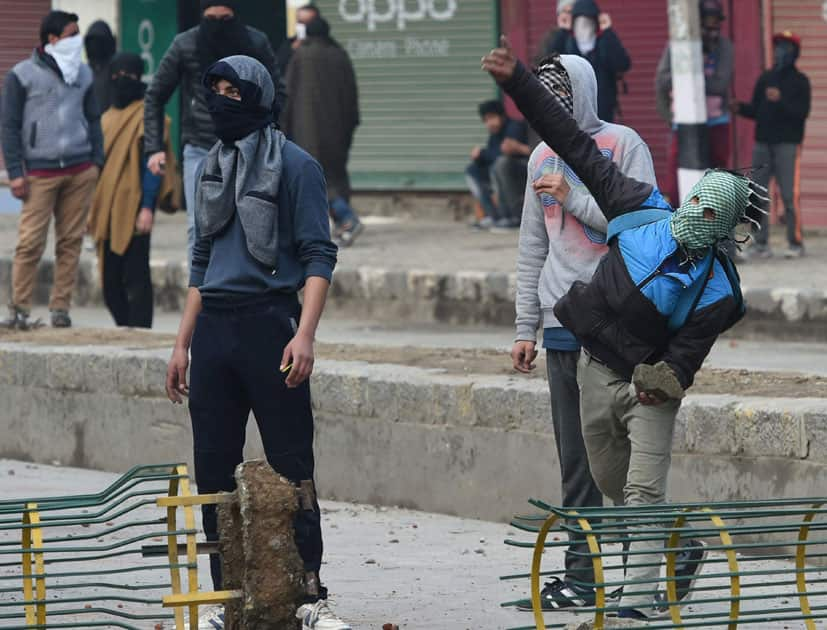 Protesters throw stones at police in Srinagar
