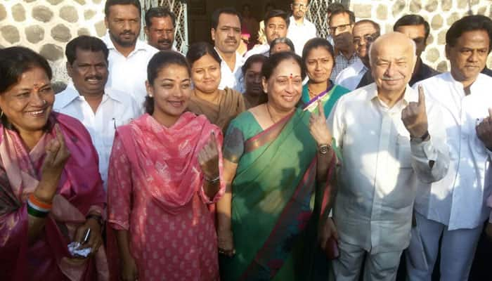 Senior Congress leader and former home minister Sushilkumar Shinde casts his vote for civic body polls in Solapur