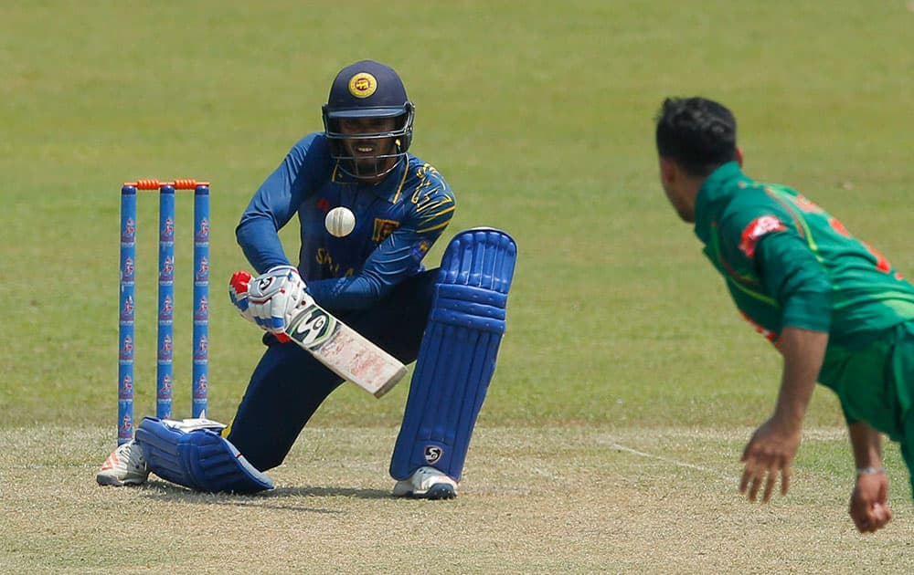 Dhananjaya de Silva plays a shot