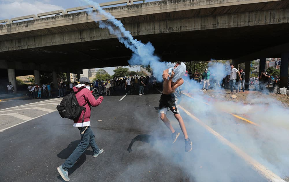 clashes between opposition members and police forces in Caracas