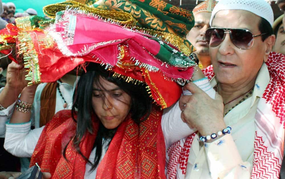 Jeetendra with his daughter Ekta Kappor arrives at Sufi saint Hazrat Khwaja Moinuddin Hasan Chistis dargha