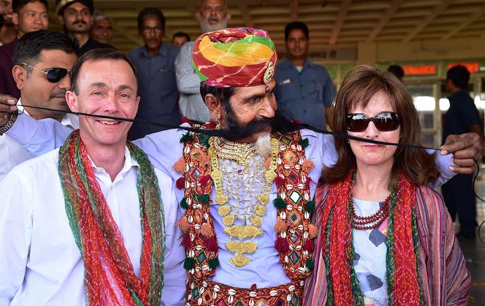 Rajasthani artist entertains tourists