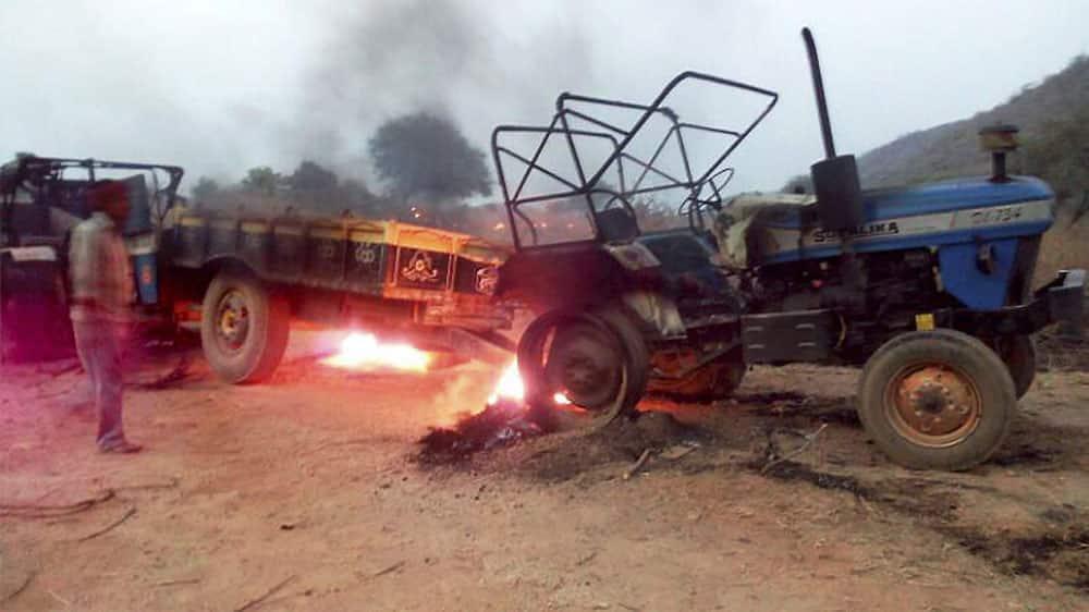 Maoists set ablaze vehicles