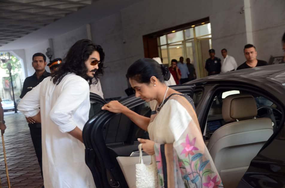 Sakshi Khanna arrives with his mother Kavita Khanna