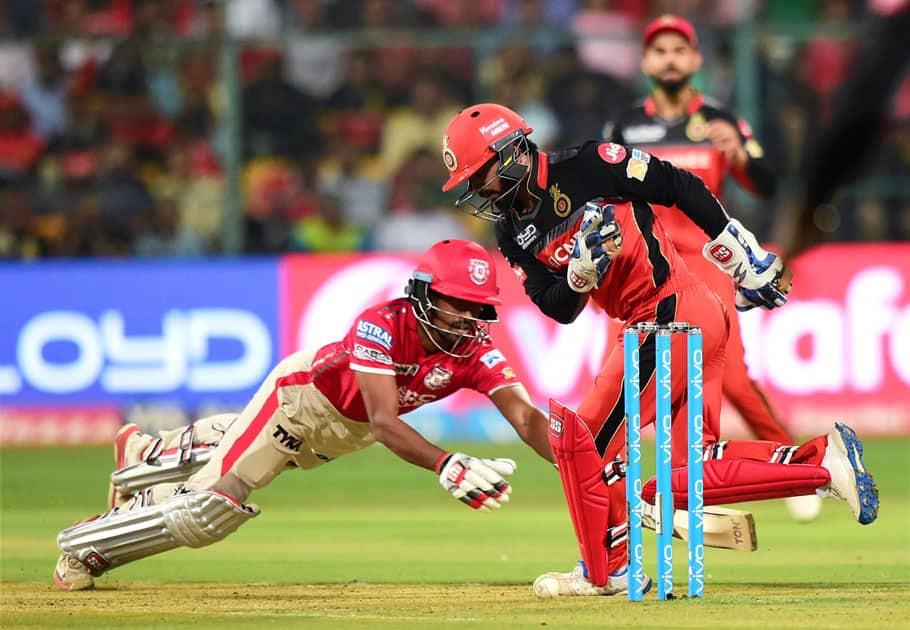 Bangalore wicketkeeper Kedar Jadhav misses to hit the stump