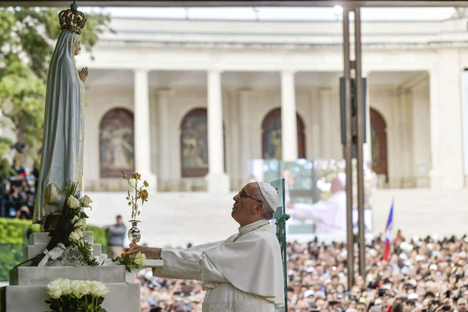 Pope Francis offers the Golden Rose