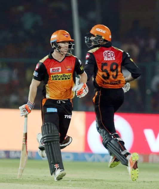 David Warner and Vijay Shankar running between the wickets