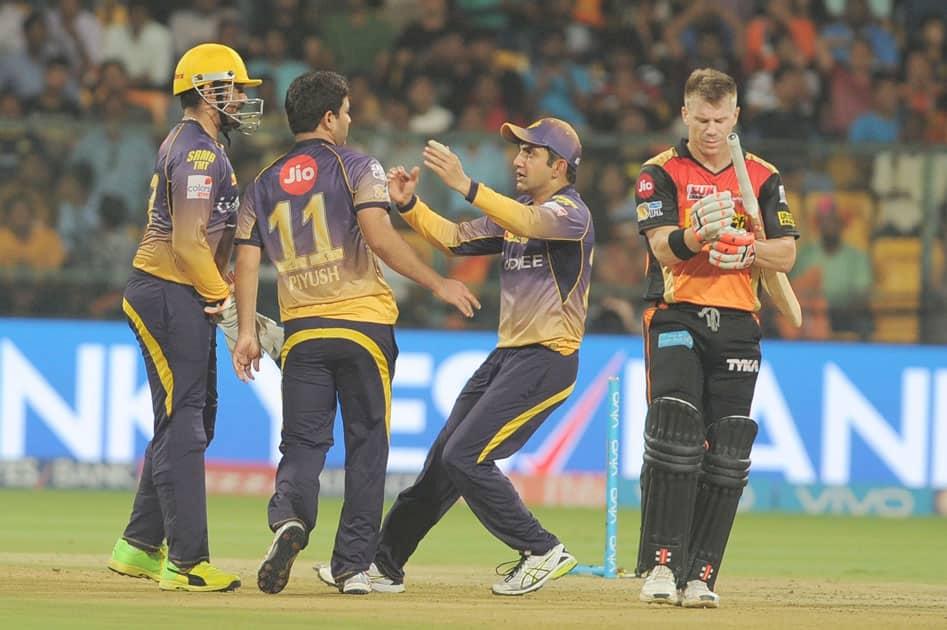 Sunrisers Hyderabad skipper David Warner walks back