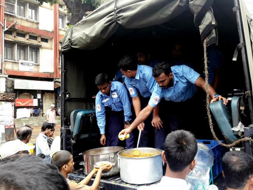 Indian Navy distributes breakfast to people in Parel area