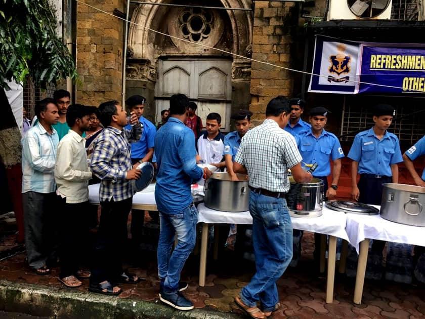 Indian Navy distributes breakfast and tea
