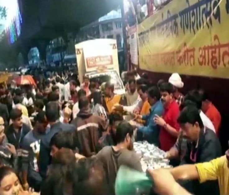LalbaugChaRaja mandal distributes food to stranded people