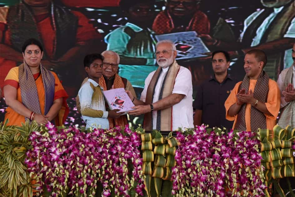 PM Shri Narendra Modi felicitates beneficiaries of various schemes at Varanasi.