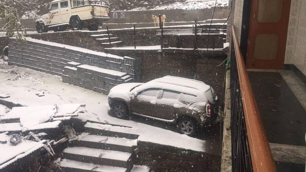 Visuals of snowfall at Kharapathar in Shimla.