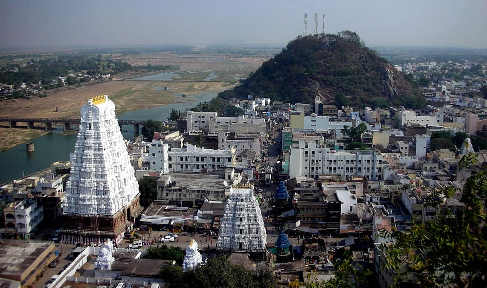 Sri Kalahastheeswara Temple in Kalahasti, Andhra Pradesh has the Vayu Lingam. It represents Air.