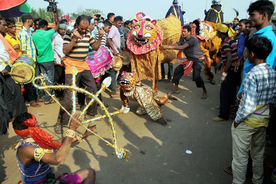 Artist performing fold dance during Lord Hatakeswar Yatra on occasion of Makar Sankranti festival in Baghamari village in Khurda, Odisha.