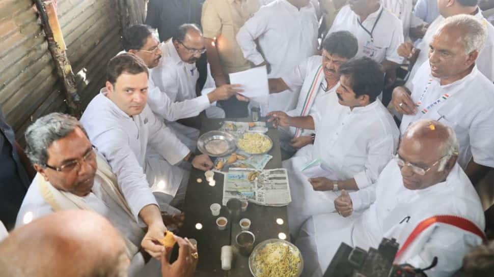 Amid BJP vs Congress 'pakoda' politics, Rahul Gandhi takes 'pakoda' break in Karnataka