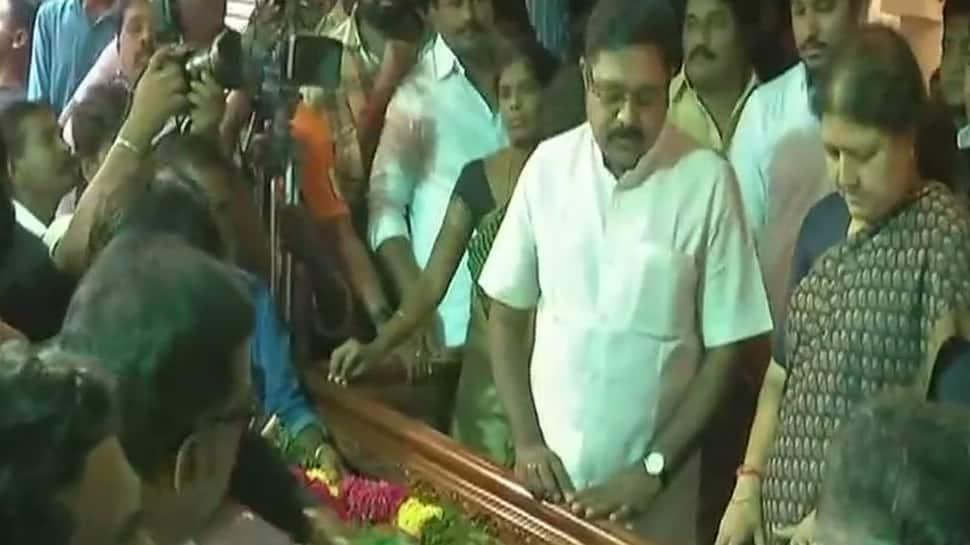 Sasikala attends husband's funeral, nephew Dhinakaran also present