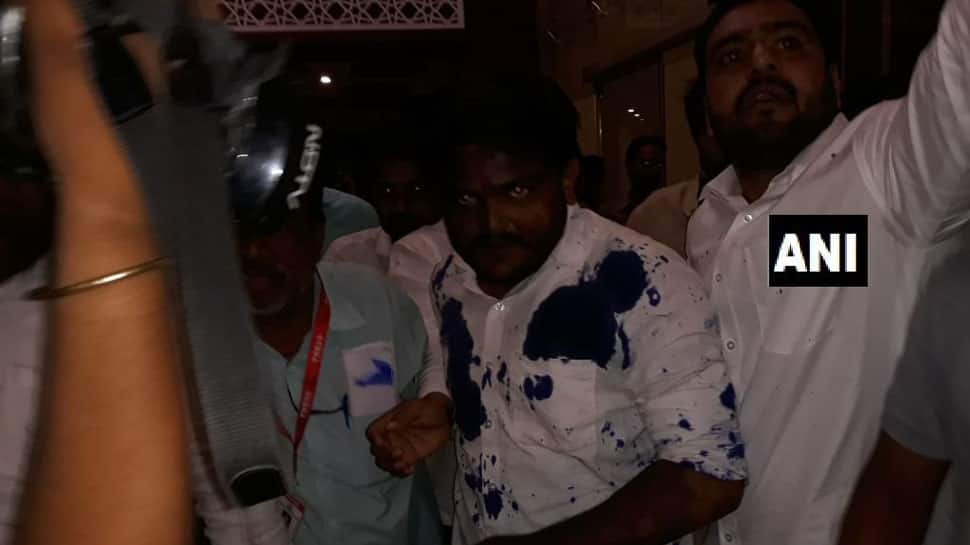 Man throws ink at Patidar leader Hardik Patel in Ujjain