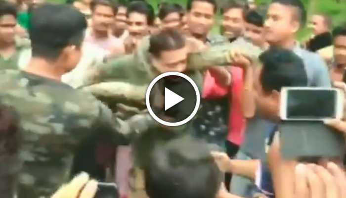 Watch: Python tries to strangle forest ranger during selfie-clicking session