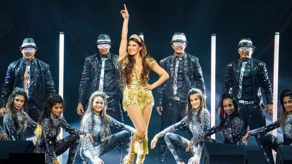 Jacqueline Fernandez delivers a 'golden' performance on 'Oonchi hai Building' at Dabangg Tour in Chicago