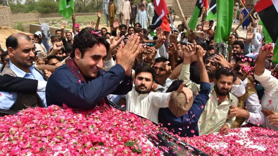Group of 100 pelts stones on Bilawal Bhutto Zardari's convoy in Pakistan