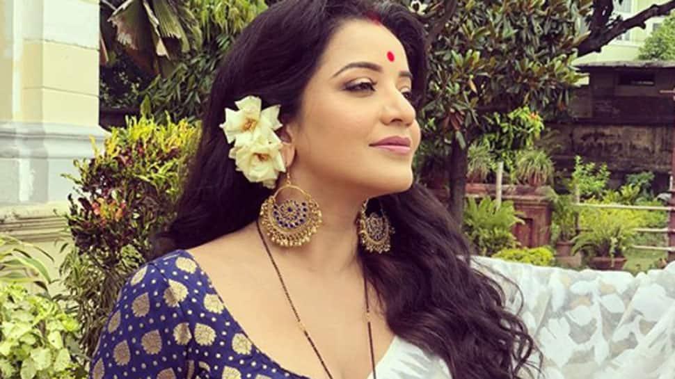 Draped in a sheer saree, Monalisa aka Jhuma Boudi oozes oomph and sensuality—See pic