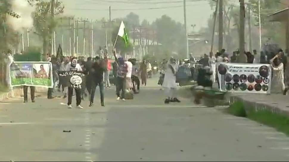 Protesters wave Pakistani and ISIS flags in Srinagar; pelt stones on forces after Eid namaz