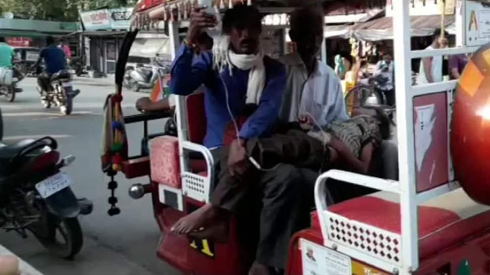 Uttar Pradesh: Man forced to take son in e-rickshaw in Banda due to unavailability of ambulance