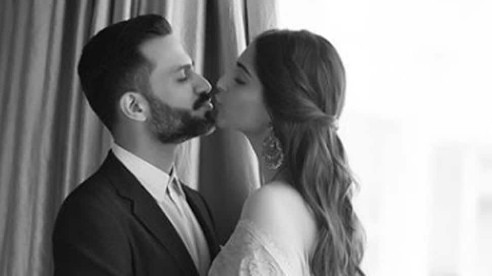 Sonam Kapoor-Anand Ahuja share passionate kiss in Italy, set major couple goals! See pic