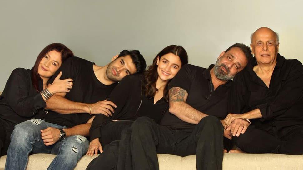Image result for alia bhatt with mahesh bhatt in movie