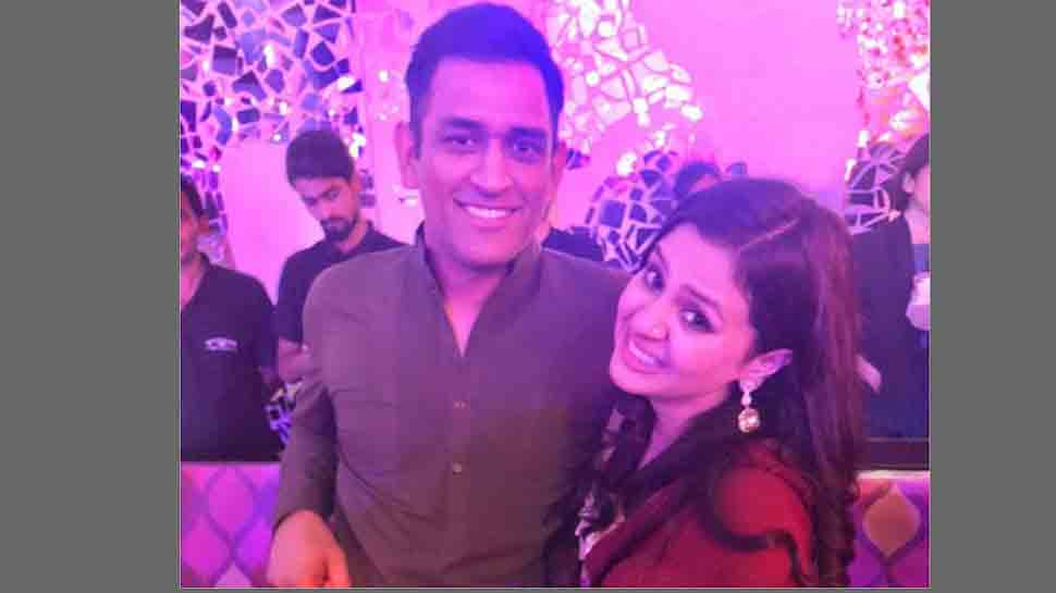 Mahendra Singh Dhoni ties wife Sakshi Dhoni's shoes and internet can't keep calm — See photo