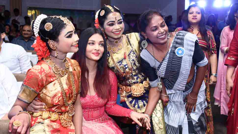 Aishwarya Rai Bachchan celebrates Christmas with children suffering from cancer